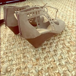 ✨Sand colored suede bowtie wedges✨
